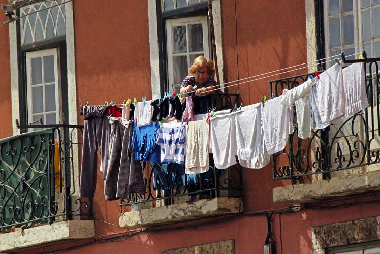 Vrouw hangt de was op in Lissabon