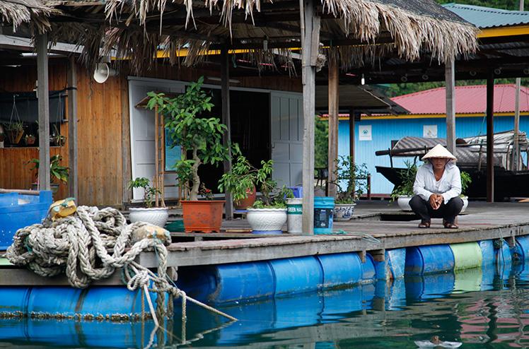 Drijvend vissersdorpje in Halong Bay