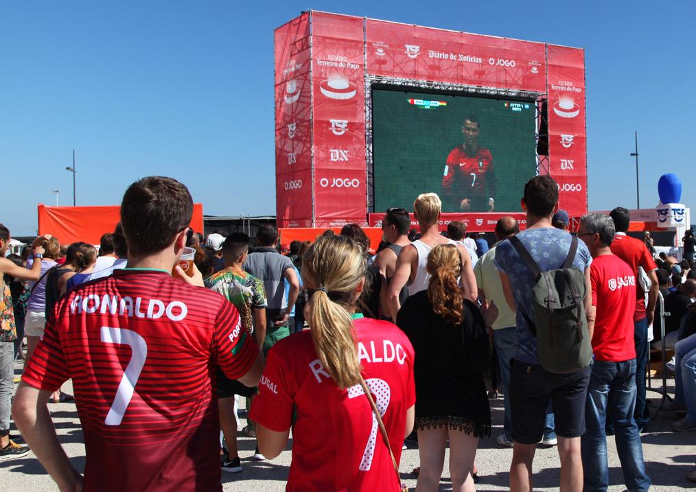 Portugeze supporters tijdens de WK-westrijd Portugal-Ghana 2014 in Lissabon